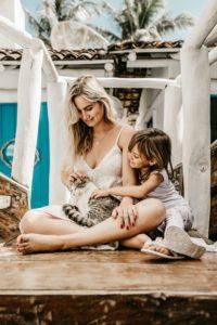 Femme-enfant-chat-maison